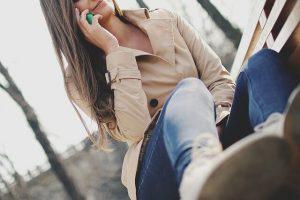 Nainen puhelimessa